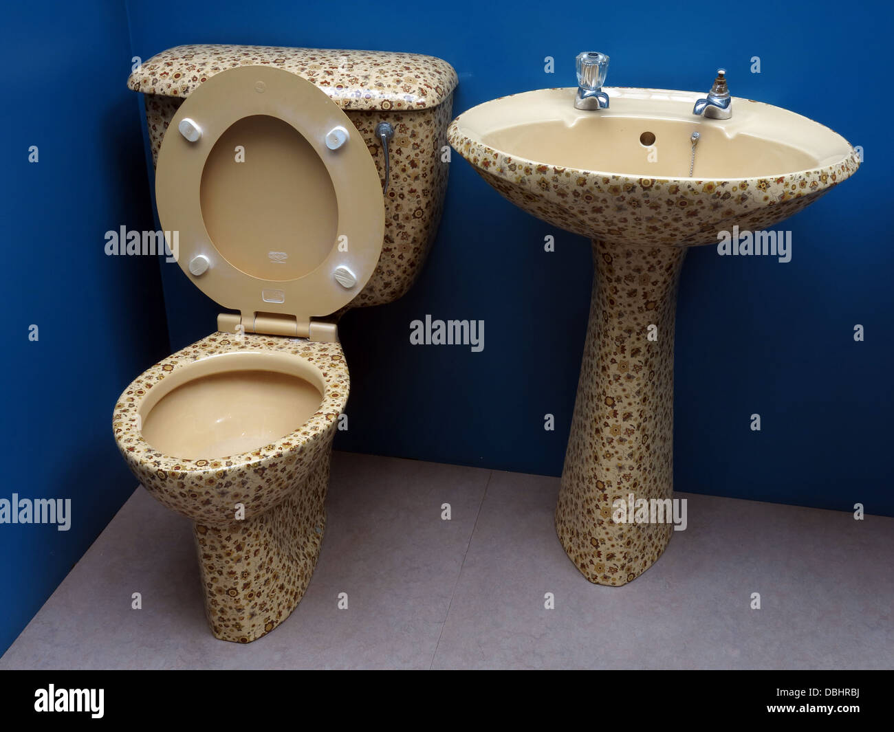Exciting 1980's bathroom suite toilet & pedestal sink unit - Stock Image