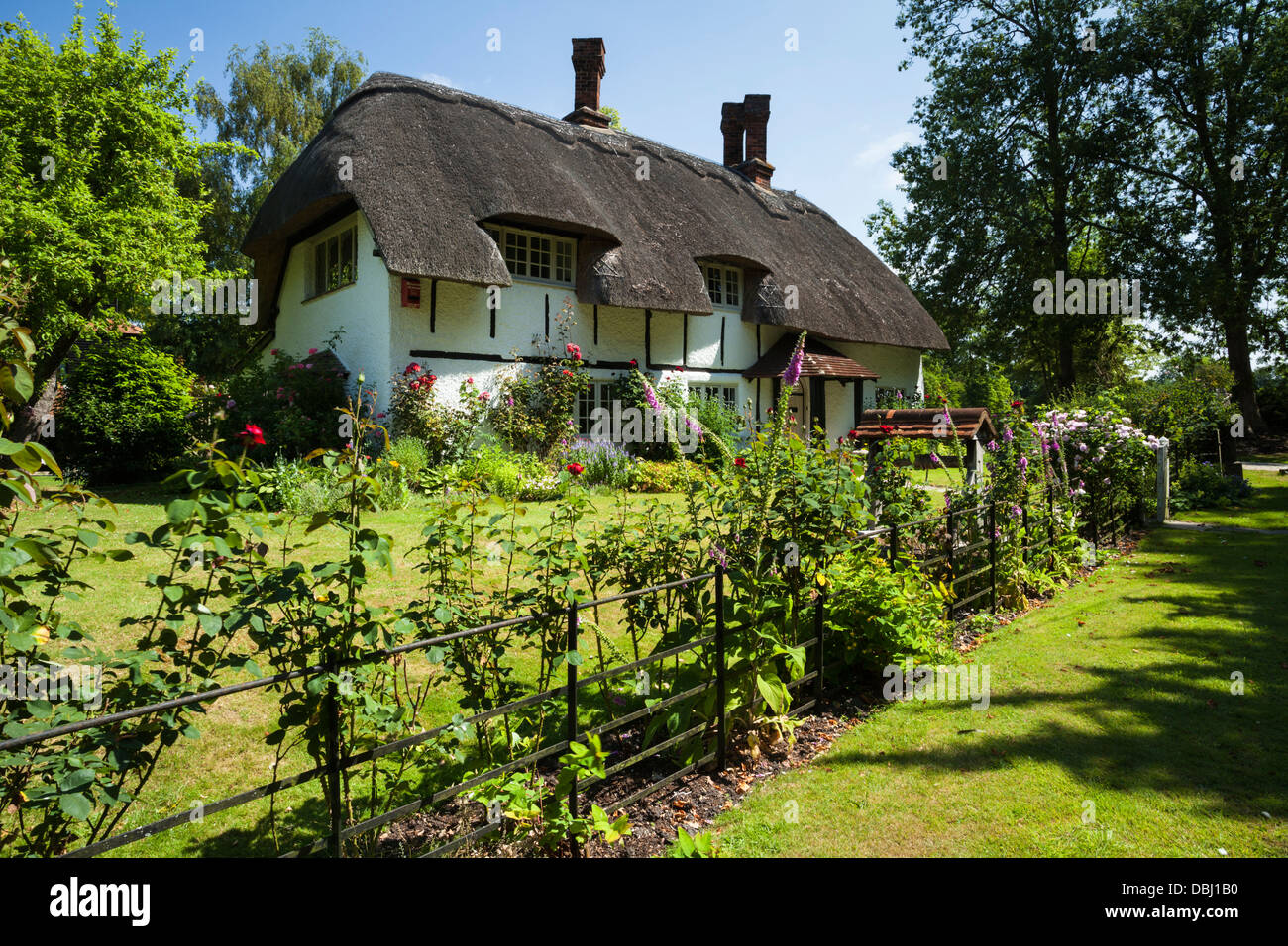 A picturesque thatched cottage in the tiny chilterns village of Horsenden near Princes Risborough, Buckinghamshire, Stock Photo