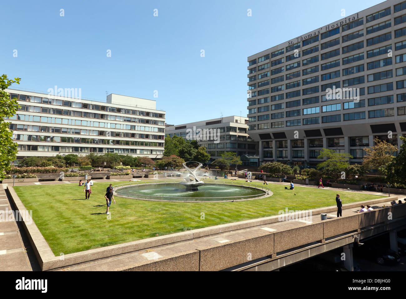 View of St Thomas'  Hospital and the Gabo Fountain Garden, Lambeth, London - Stock Image