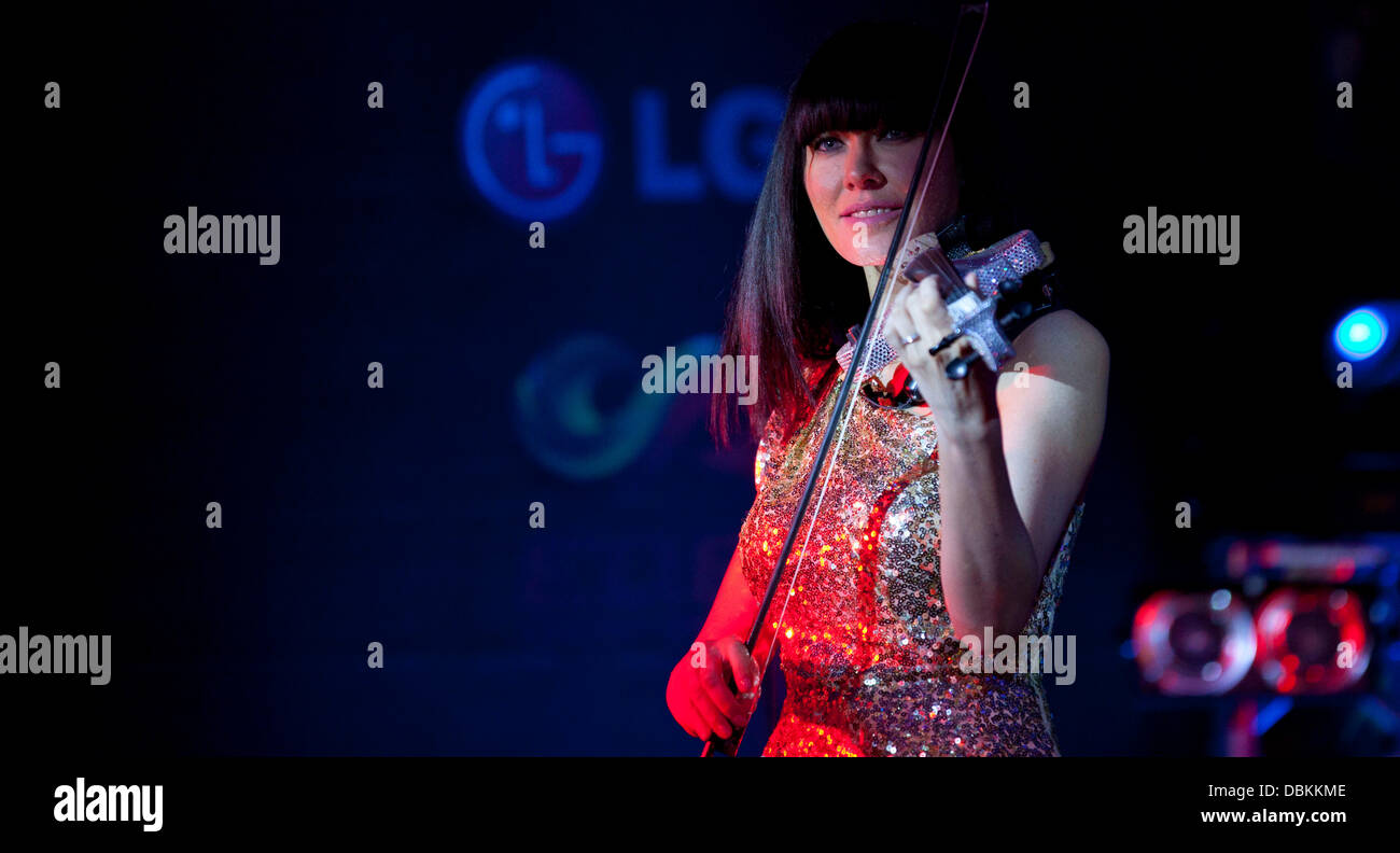 Lindsay Stoppard plays her diamond encrusted violin on stage The Grand Prix Ball 2011 at The Hurlingham Club - Concert - Stock Image