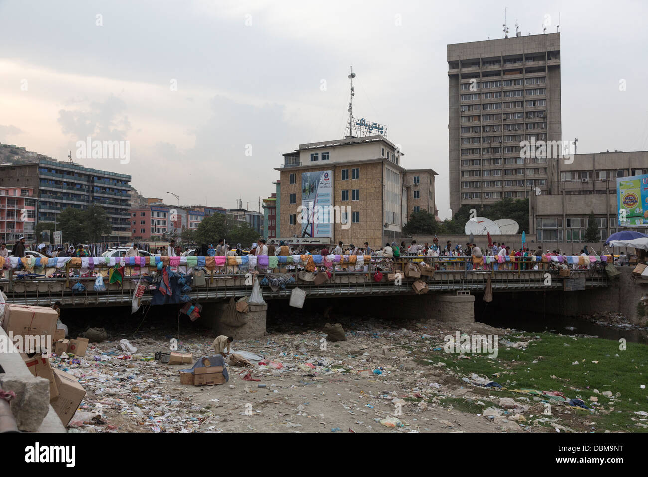 polluted Kabul river at bazaar of Pul-e-Bagh-e Omomi, central Kabul, Afghanistan - Stock Image