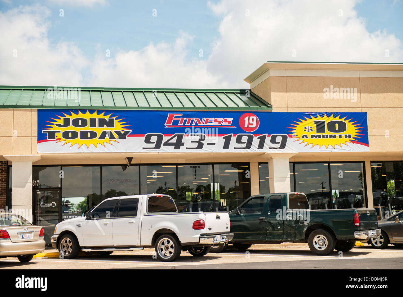 The exterior of a fitness center in a strip mall in Oklahoma City, Oklahoma, USA. - Stock Image