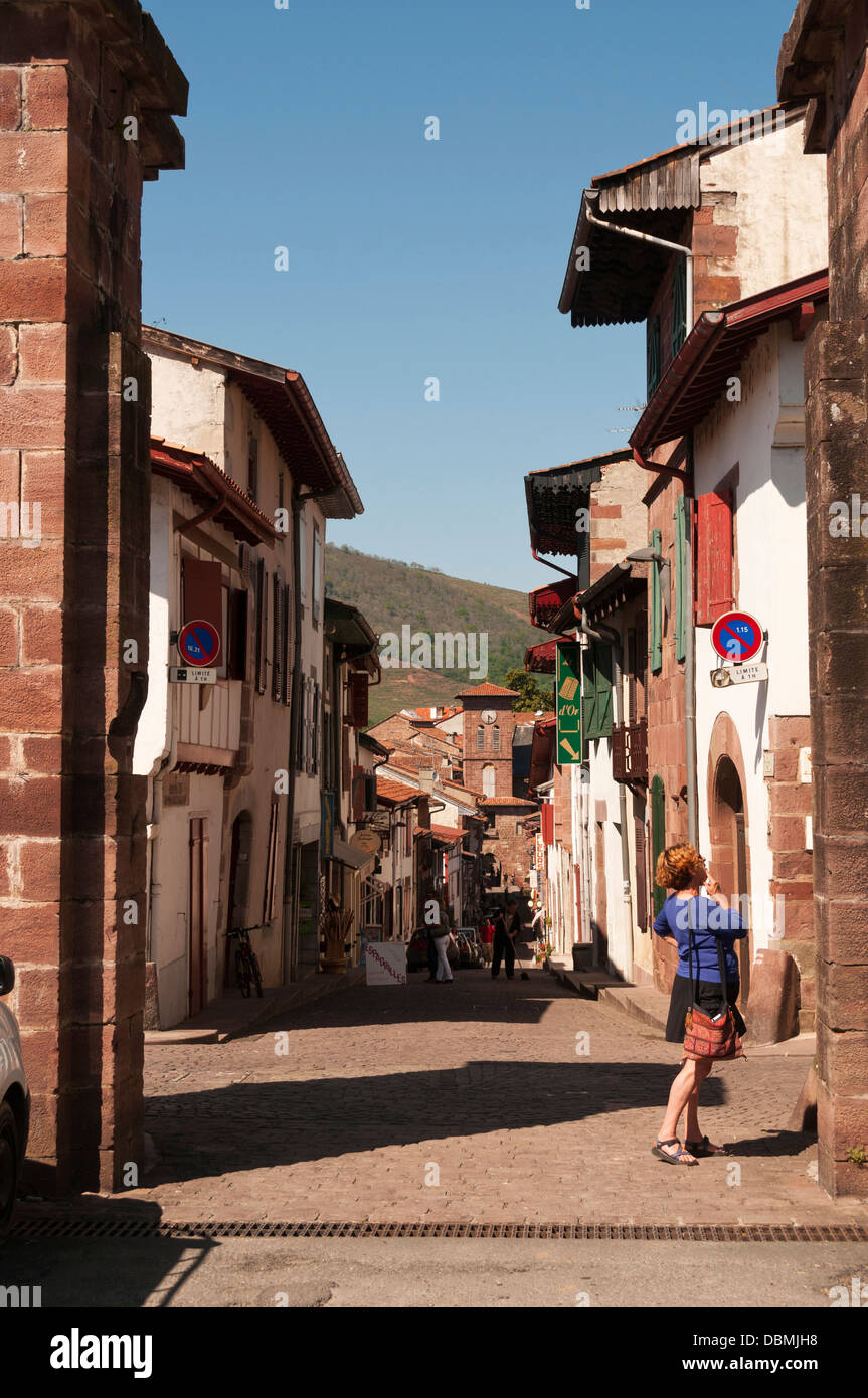 Elk214-1367v France, Basque Country, St Jean Pied de Port, street with traditional Basque houses - Stock Image