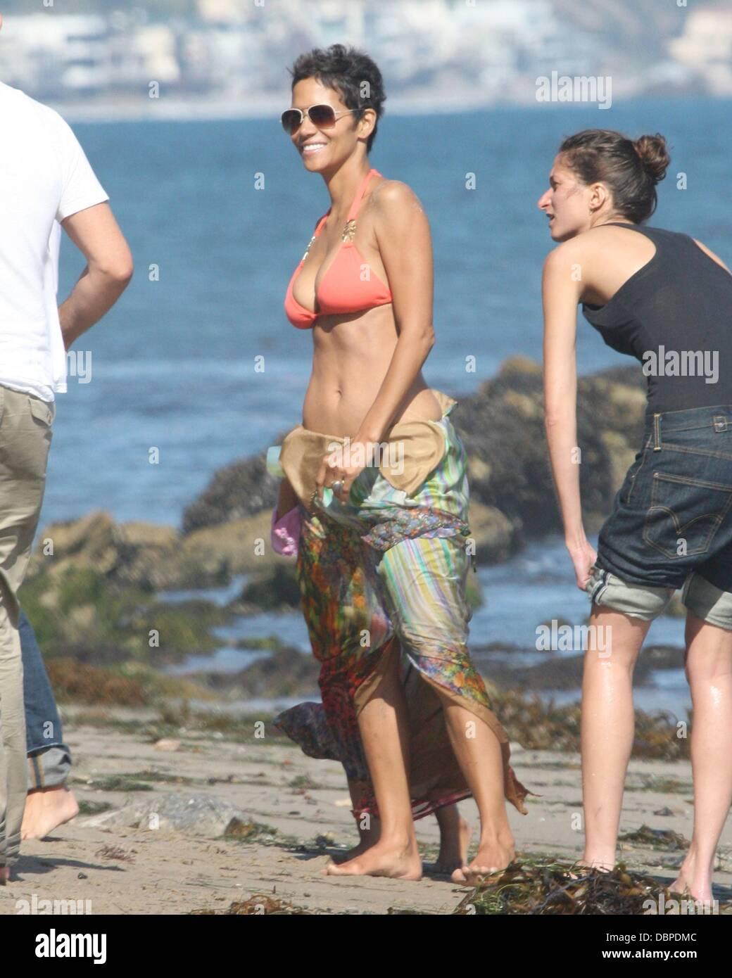 Halle Berry Bikini Stock Photos & Halle Berry Bikini Stock