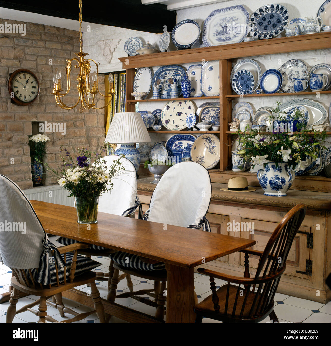 https://c8.alamy.com/comp/DBR2EY/simple-wood-table-and-chairs-with-white-slip-covers-in-cottage-dining-DBR2EY.jpg