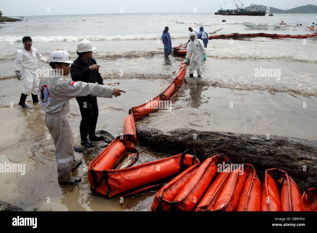 Samed Island, Thailand. 2nd August, 2013.  Staff from Thai oil company PTT clean up an oil spill which washed up - Stock Image