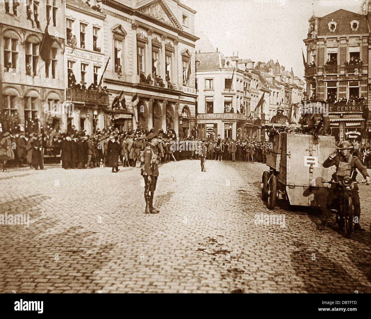 The First Commander inspecting troops in Mons during WW1 - Stock Image
