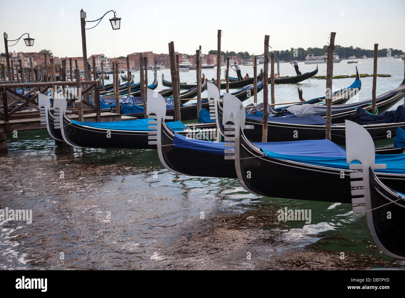 At Venice, the characteristic comb shaped iron work of gondola prows (Italy). La forme caratéristique de proues - Stock Image