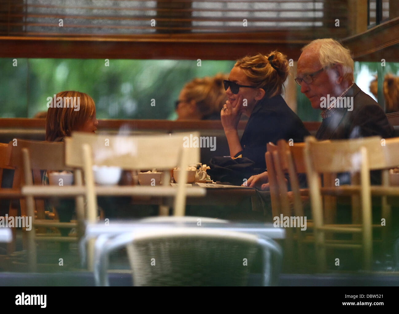 Kate Hudson And Her Son Ryder Drink Coffee And Eat Cake In A Cafe In Stock Photo Alamy