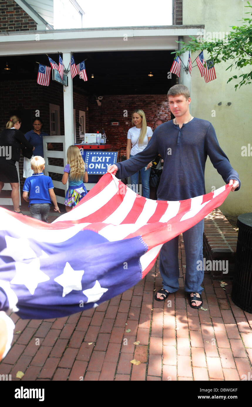 New Philadelphia Flyers NHL hockey goalie Ilya Bryzgalov tours the Betsy  Ross House Philadelphia 39ced9944