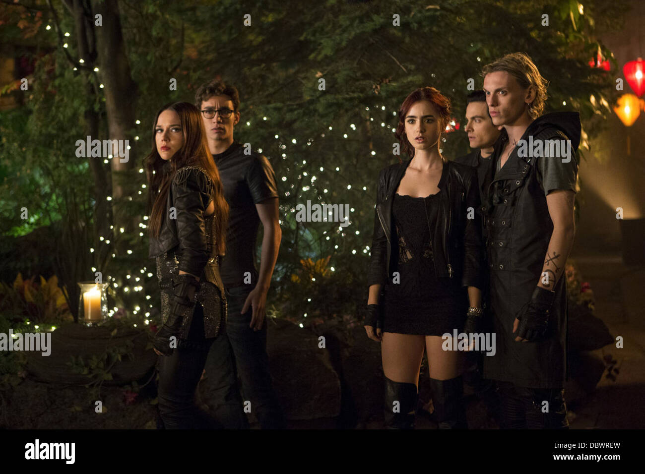 THE MORTAL INSTRUMENTS CITY OF BONES (2013) JEMIMA WEST ROBERT SHEEHAN LILY COLLINS KEVIN ZEGERS JAMIE CAMPBELL - Stock Image