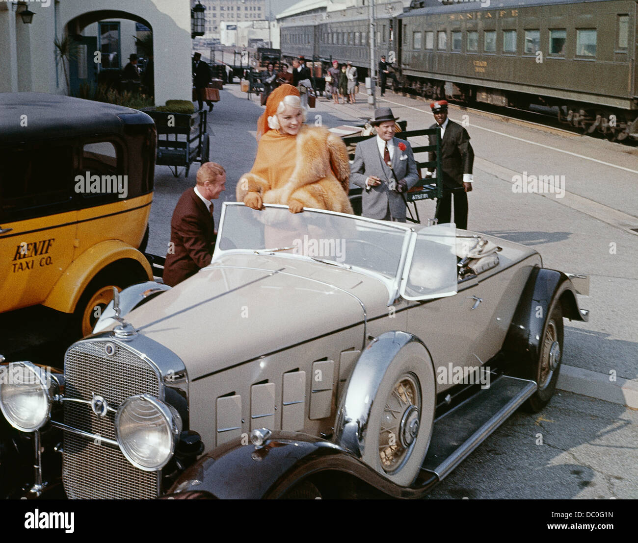 1960s 1965 BIOPIC HARLOW STARRING CARROLL BAKER AS JEAN HARLOW IN 1930s CAR AT TRAIN STATION - Stock Image