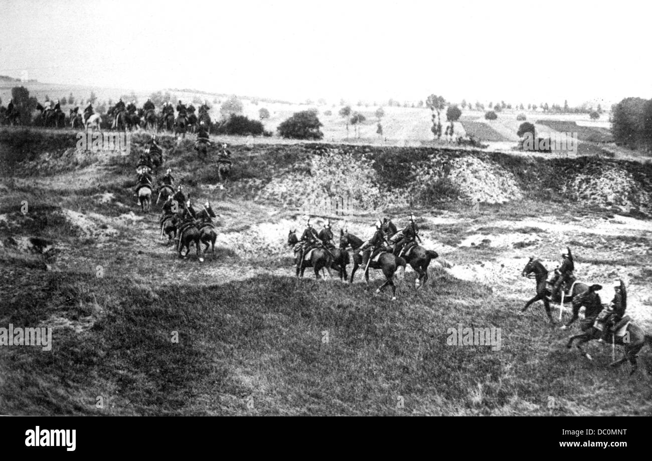 1900s 1910s WW1 COMPANY FRENCH DRAGOONS PASSING BEHIND THE LINES 1915 WORLD WAR 1 CAVALRY HORSES - Stock Image