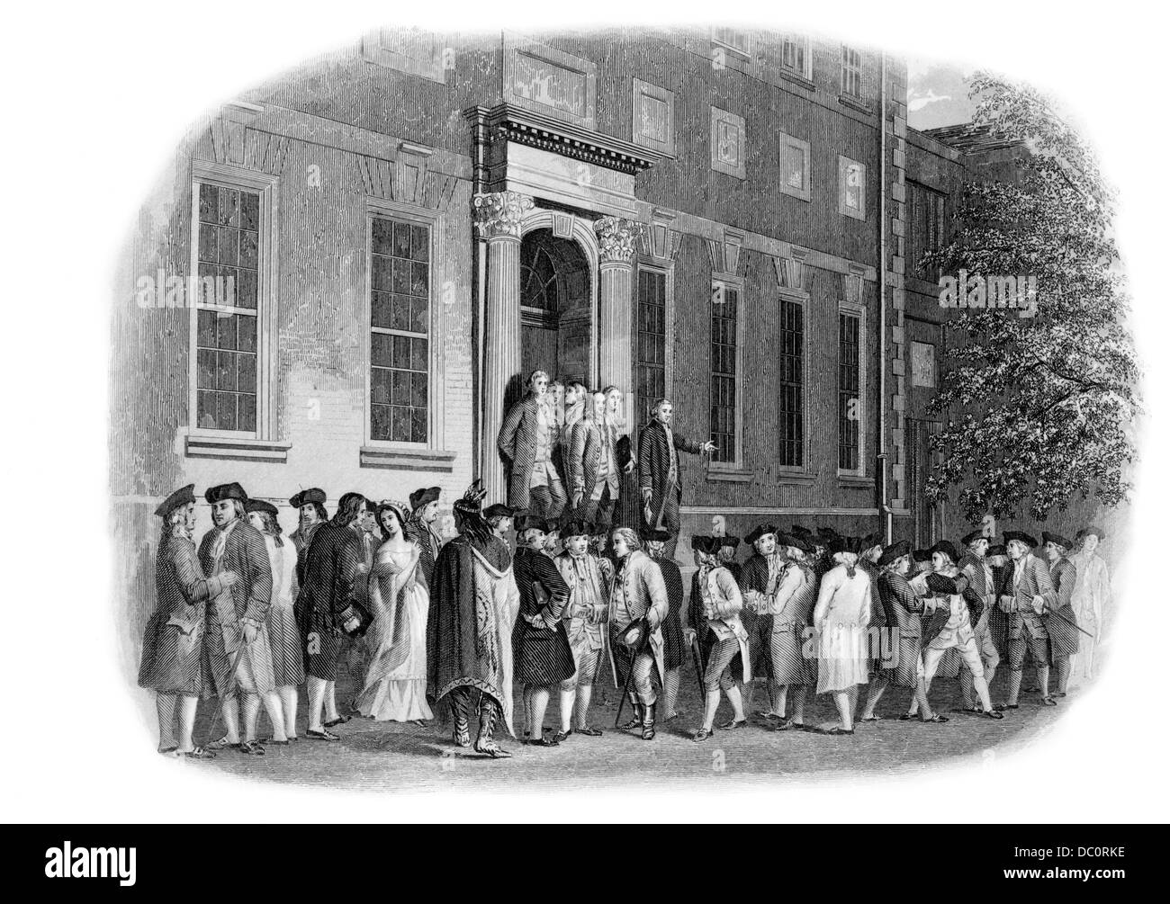 1770s JULY 8 1776 MEN GATHERED OUTSIDE PHILADELPHIA PENNSYLVANIA STATE HOUSE FOR ANNOUNCEMENT OF DECLARATION OF - Stock Image