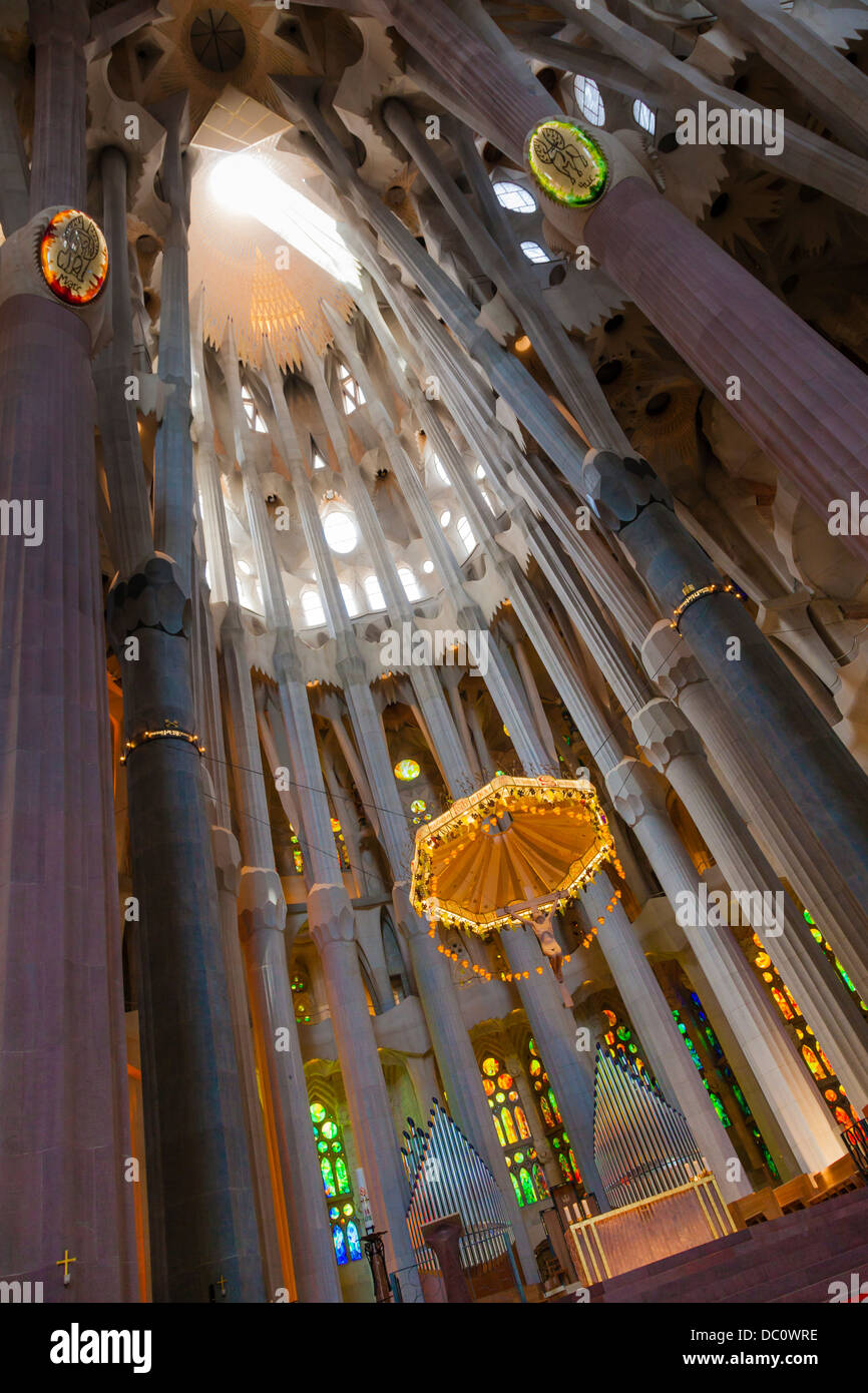 Altar and pillars inside La Sagrada Familia Cathedral, Barcelona. - Stock Image