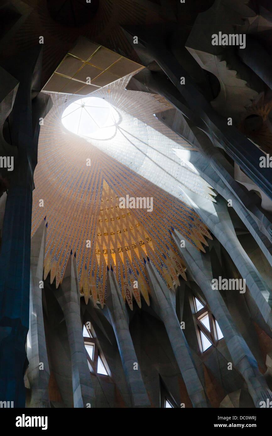 light streaming through the circular roof light above the altar La Sagrada Familia - Stock Image