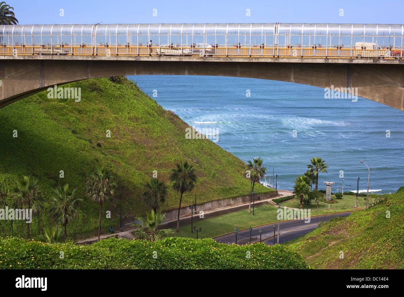E. Villena Rey Bridge over the street Bajada Balta leading down to the coast of Miraflores, Lima, Peru Stock Photo
