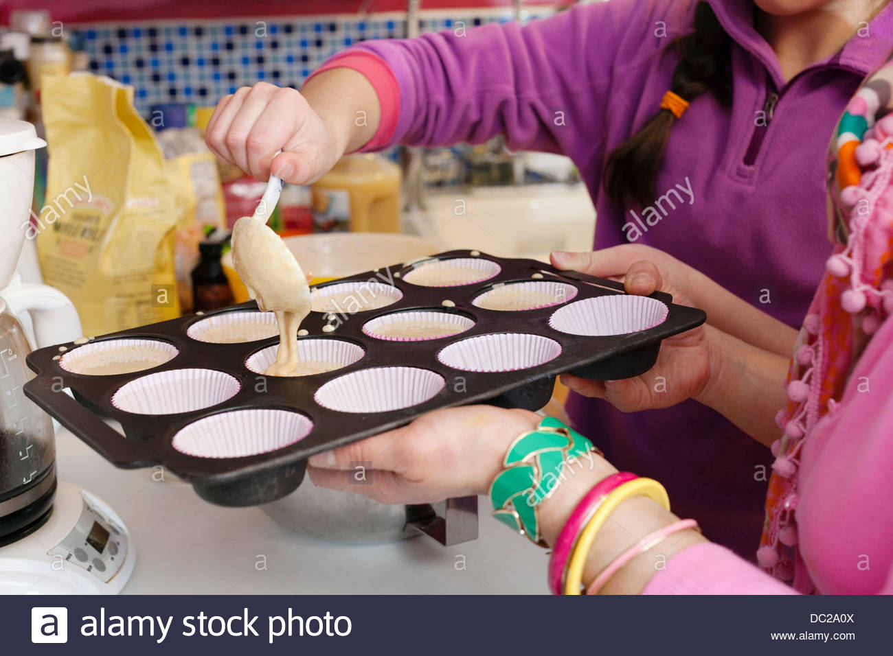 Mother and daughter making cupcakes - Stock Image
