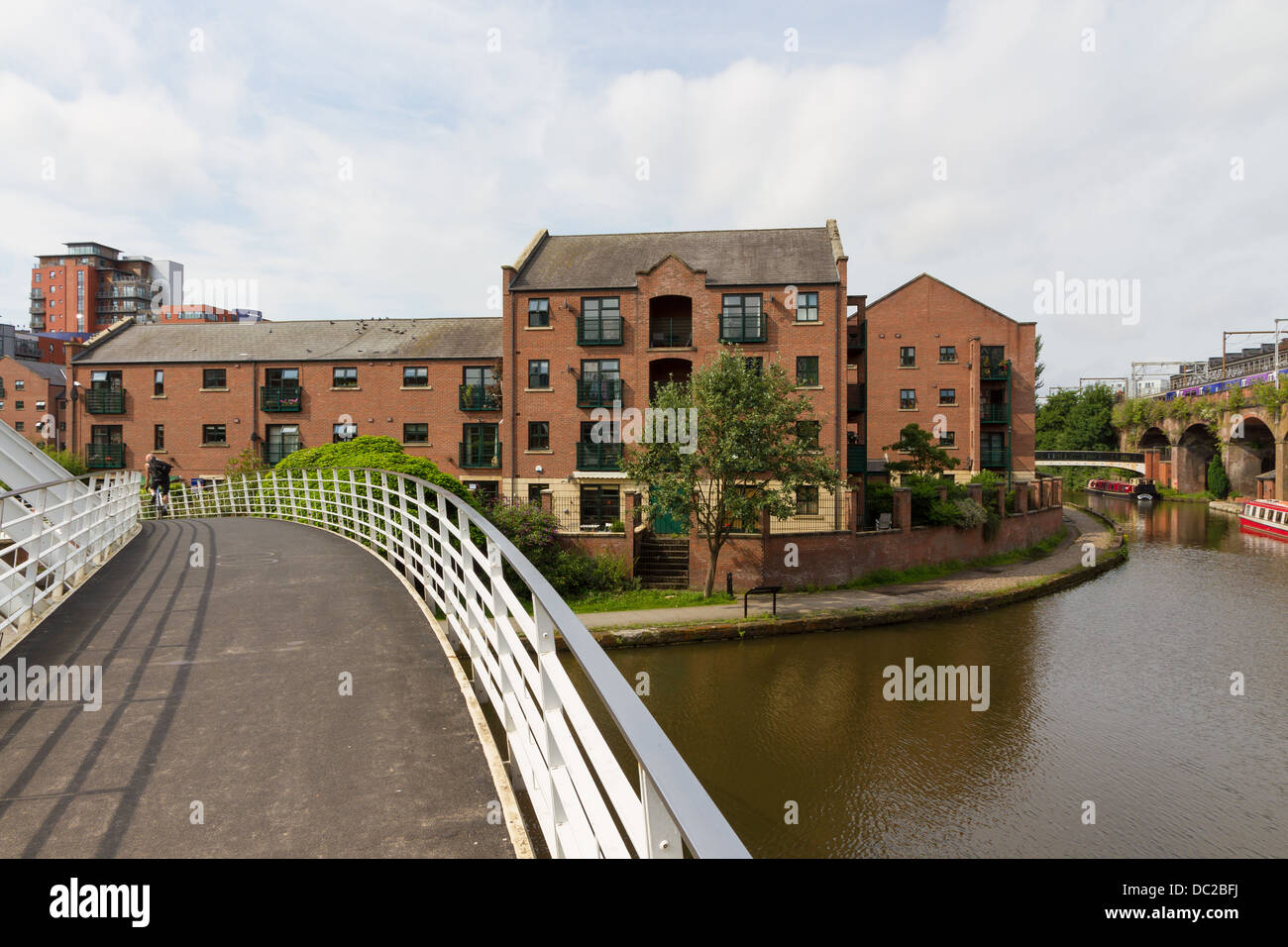 Looking from the Whitby and Bird Merchants Bridge towards Ship Canal House Apartments in the Castlefield area of - Stock Image