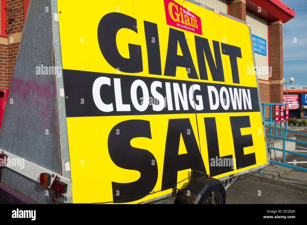 Giant closing down sale sign outside - Stock Image