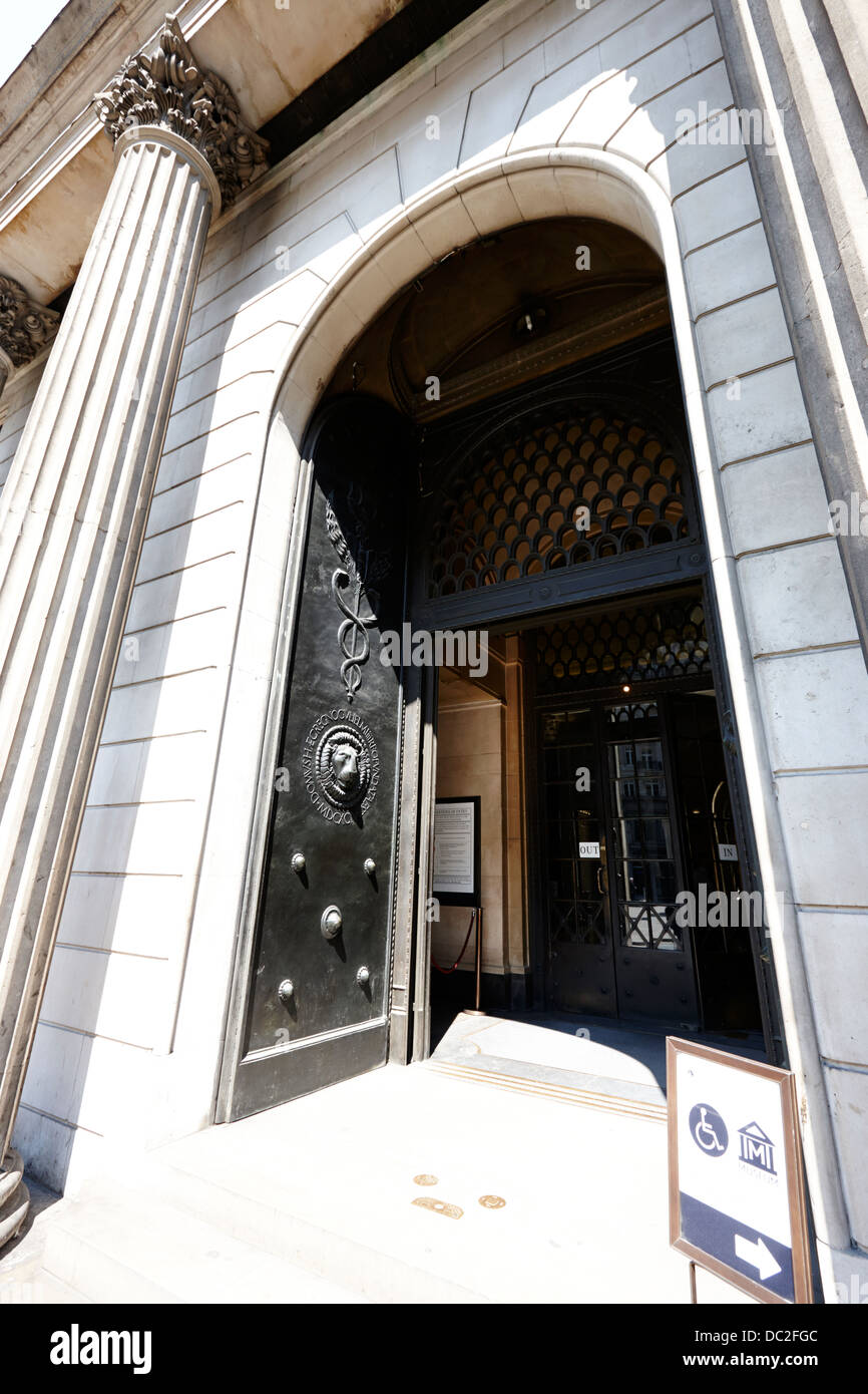 entrance doors to the bank of england headquarters threadneedle street london england uk Stock Photo
