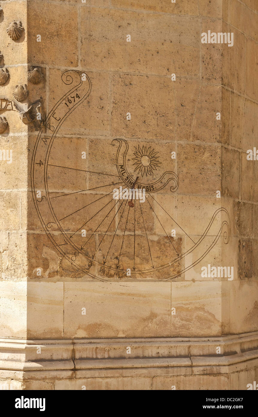 An engraved sundial, Nil sine nobis (Nothing without us) 1674, on a wall of Hôtel de Cluny, Paris, France. - Stock Image