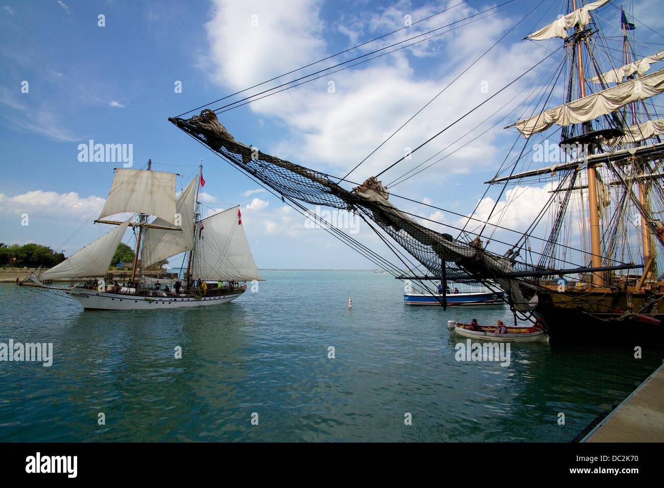 Chicago, Illinois, USA. 7th August 2013. The brigantine Pathfinder sails past the docked Flagship Niagara at Tall - Stock Image
