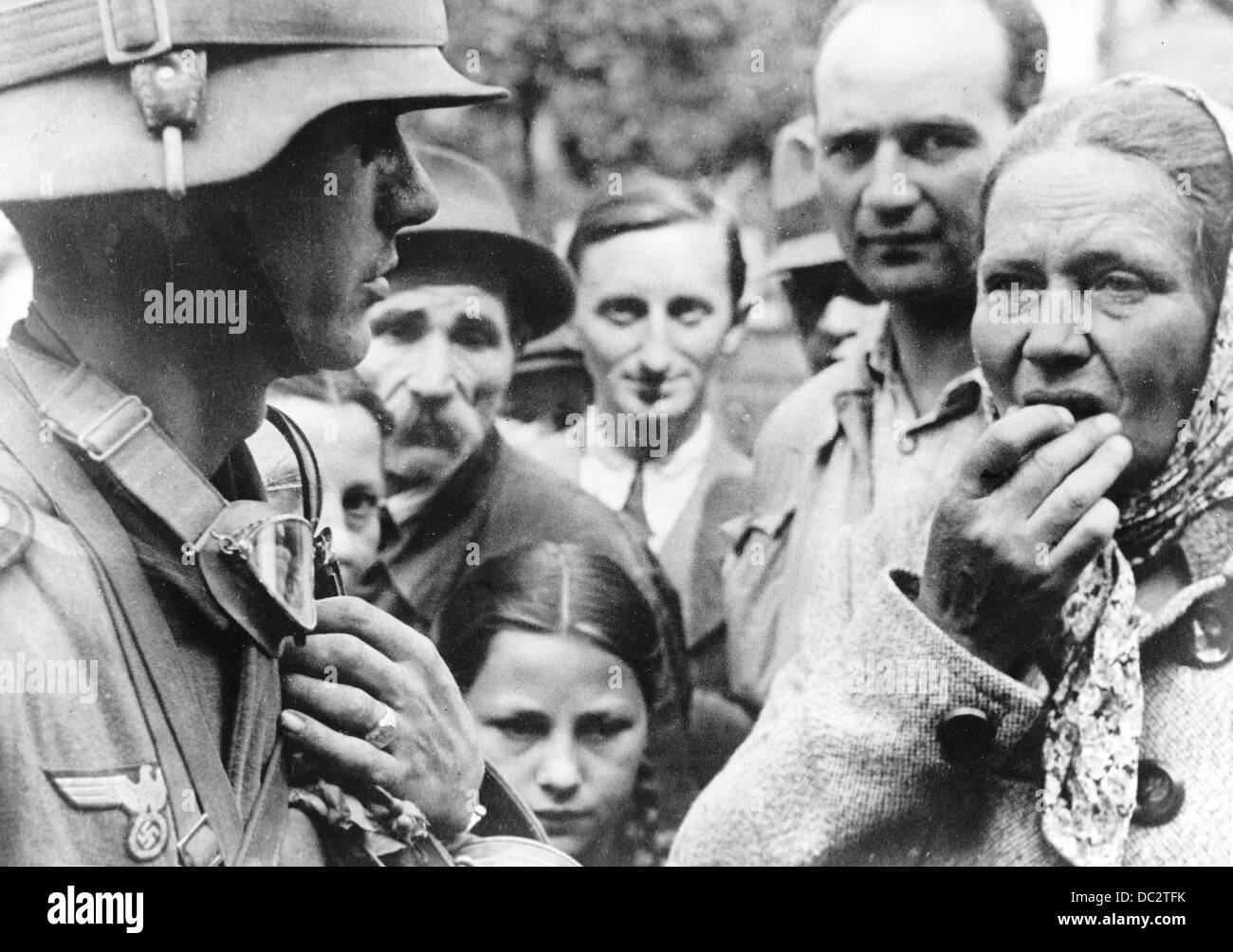 The Nazi Propaganda! on the back of the picture reads: 'German soldiers in Lviv. A relieved puplic is telling - Stock Image