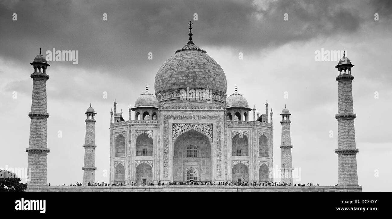 The Taj Mahal with crowds of visitors waiting to get into the main building - Stock Image