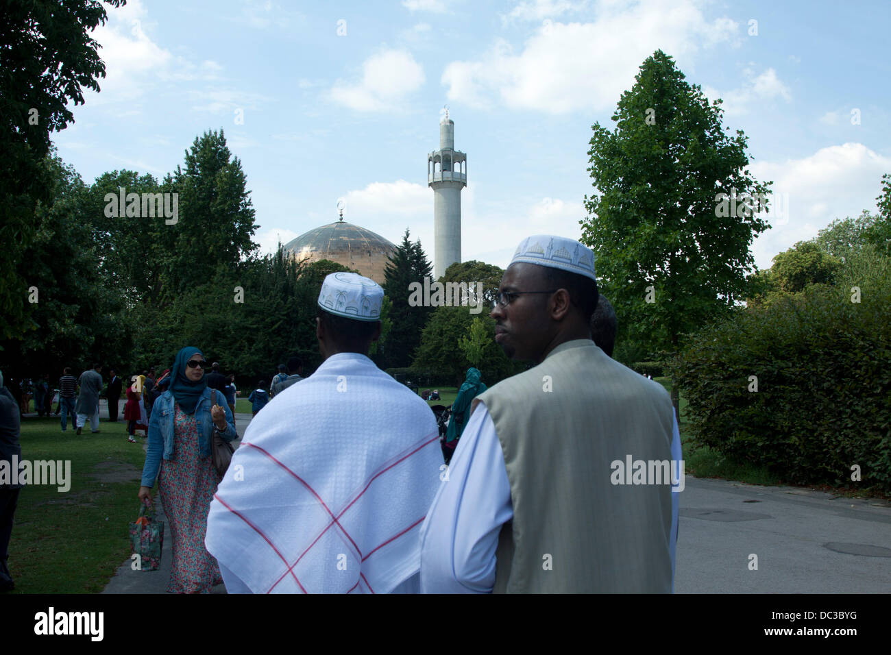 London, UK. 8th August 2013. A Muslim families  celebrates Eid at the Regent's Mosque n London which marks the - Stock Image