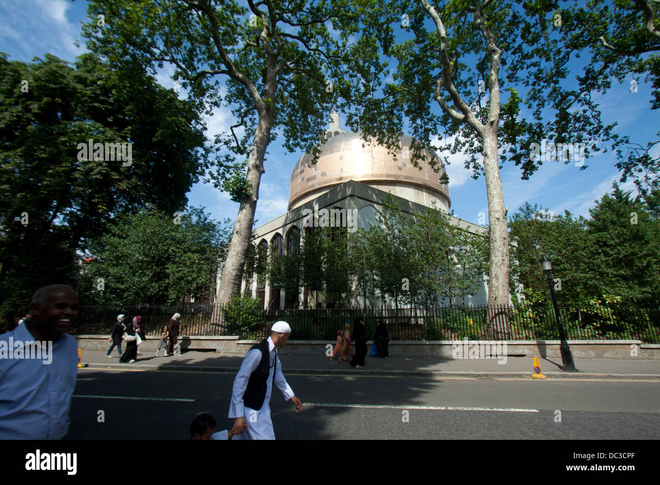 London, UK. 8th August 2013. A Muslim families  celebrate Eid at the Regent's Mosque in London which marks the - Stock Image