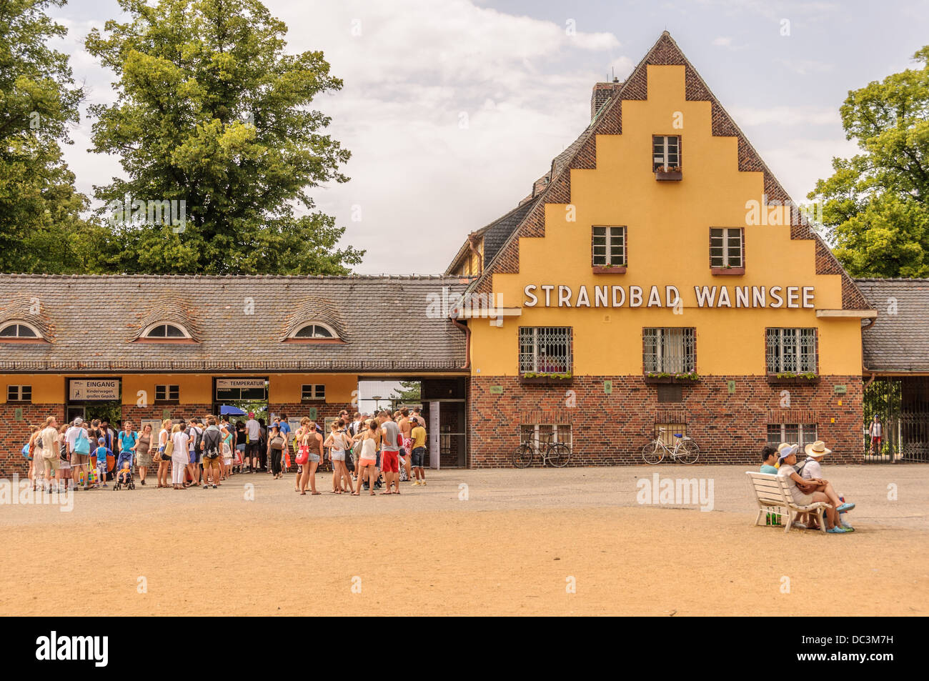 People queue up in front of the Strandbad Wannsee, the largest inland lido in Europe – Steglitz-Zehlendorf, Berlin Stock Photo