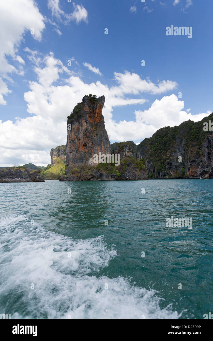 View onto Rock Formations approaching Railay beach in the Krabi Province, Thailand - Stock Image