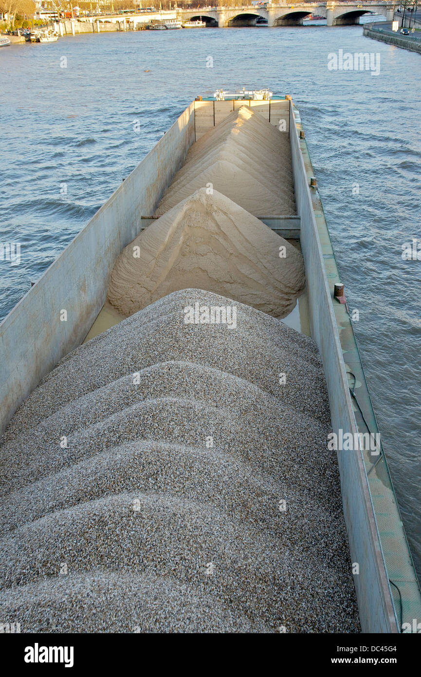 péniche carrying sand and gravel, on the Seine River in Paris. - Stock Image