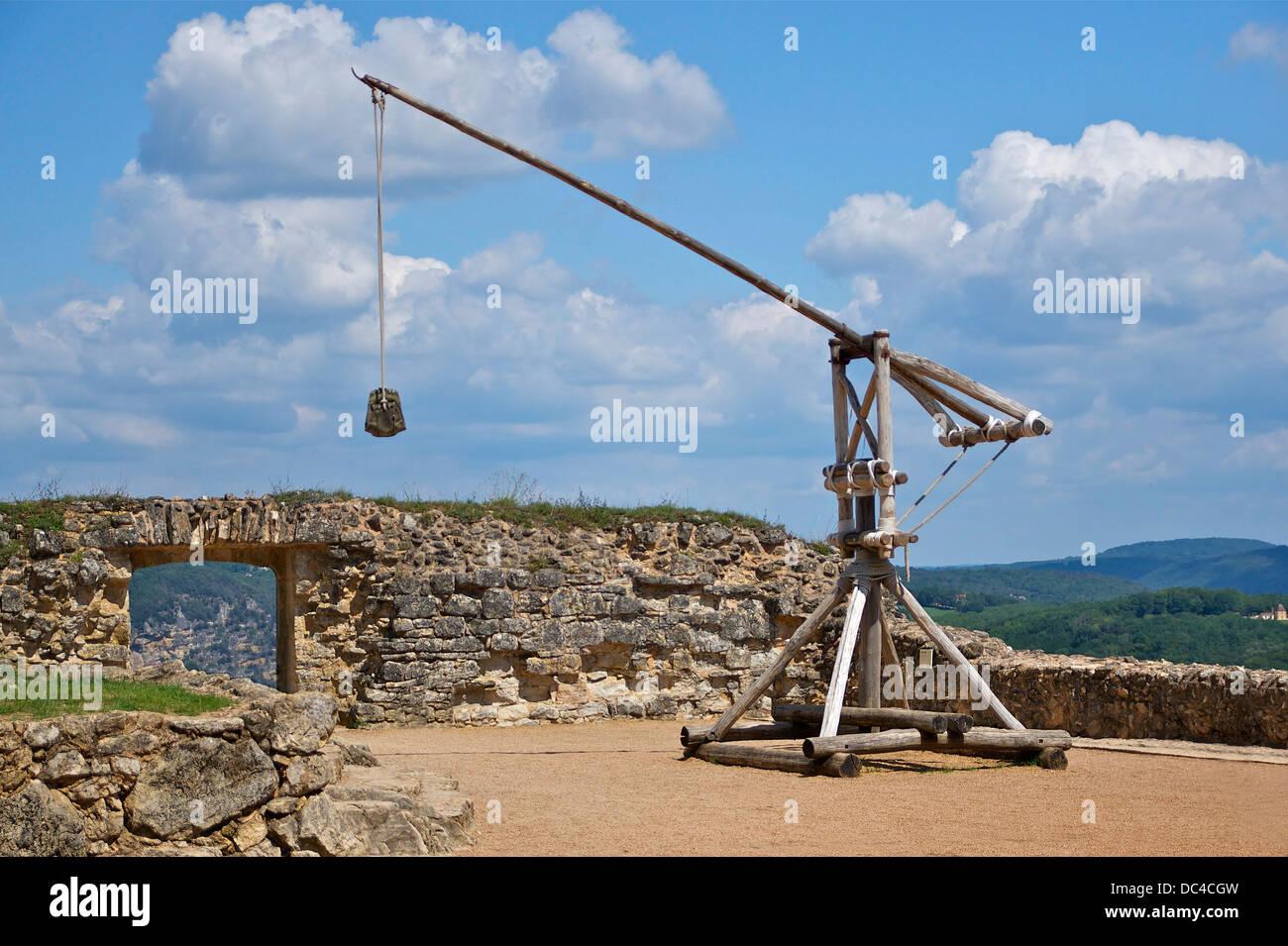 A reconstructed trebuchet, Château de Castelnaud, Dordogne, France. - Stock Image