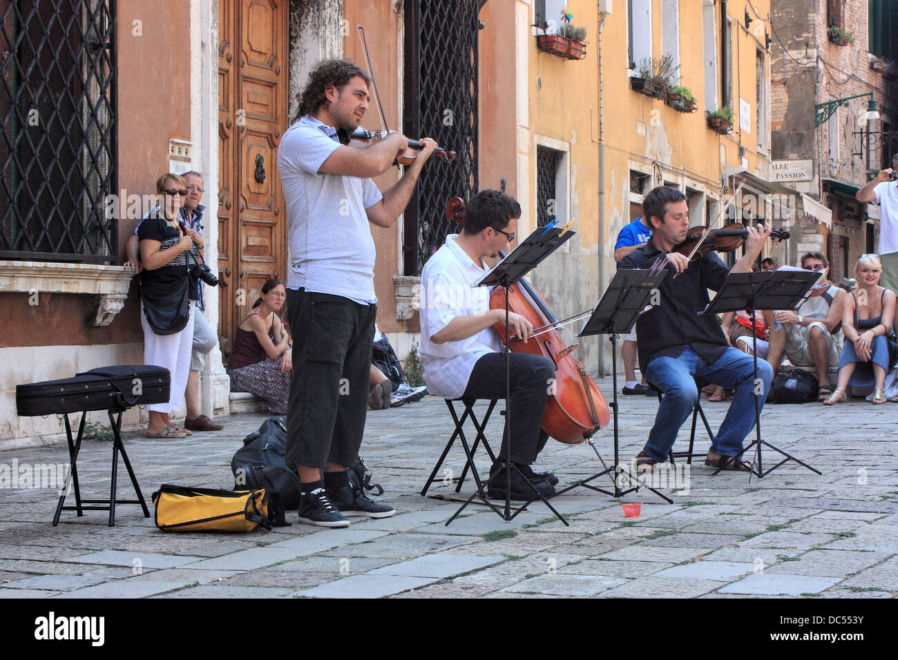 Street musicians playing classic music at Campo dei Frari, Venice - Stock Image