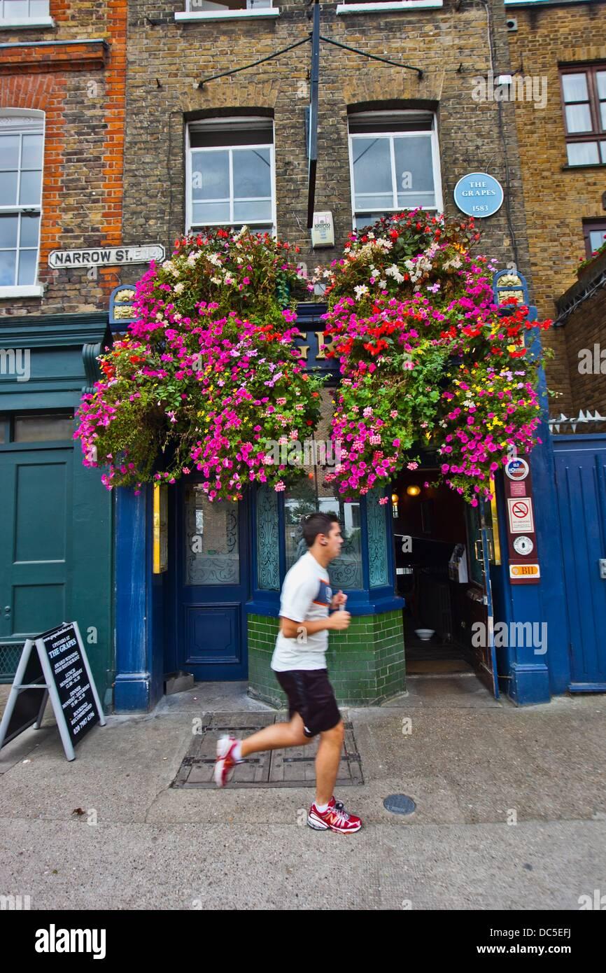 The Grapes Historic Pub, 1583  76 Narrow Street  Limehouse  London  England  United Kingdom  UK  Europe. - Stock Image