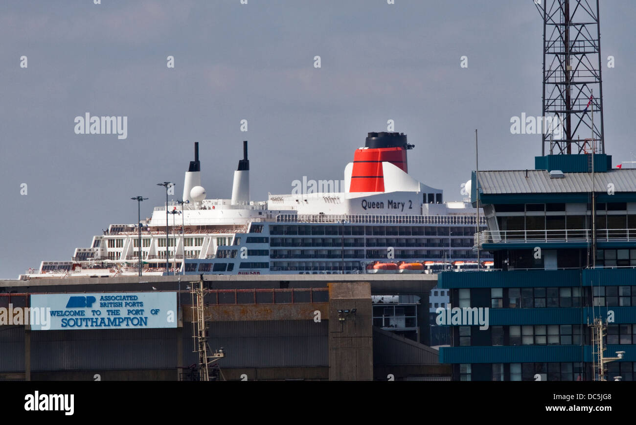 Cunard Queen Mary 2 and Port of Southampton sign, Southampton Docks, Hampshire, England - Stock Image