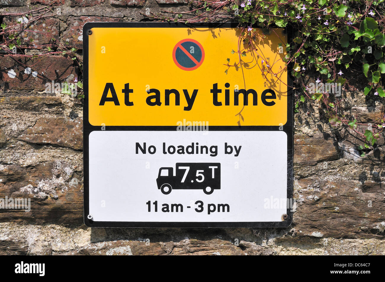 Rye, East Sussex, England, UK. No Waiting sign - no large lorries loading - Stock Image