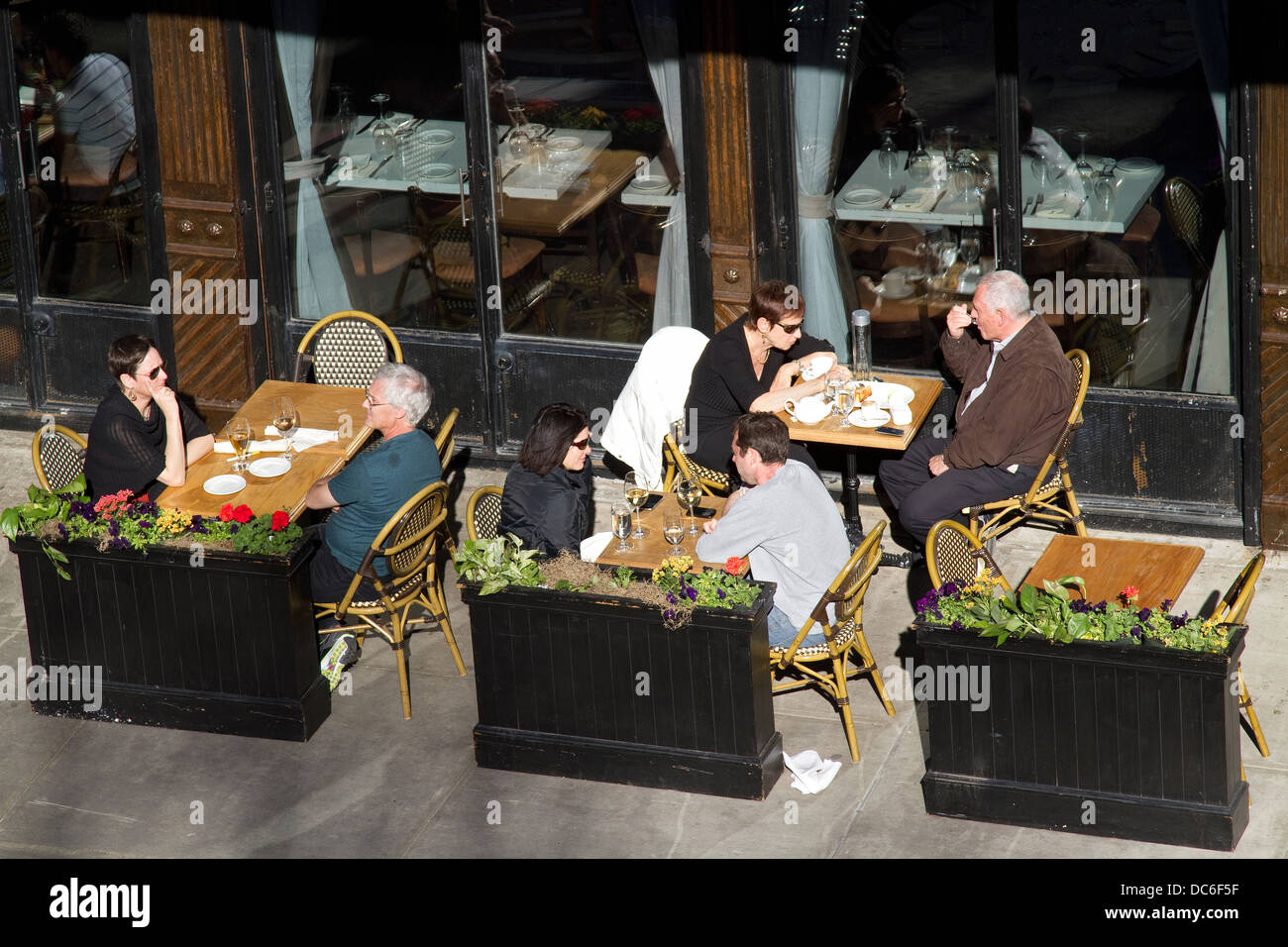 New York sidewalk cafe, sidewalk restaurant, street scene. - Stock Image
