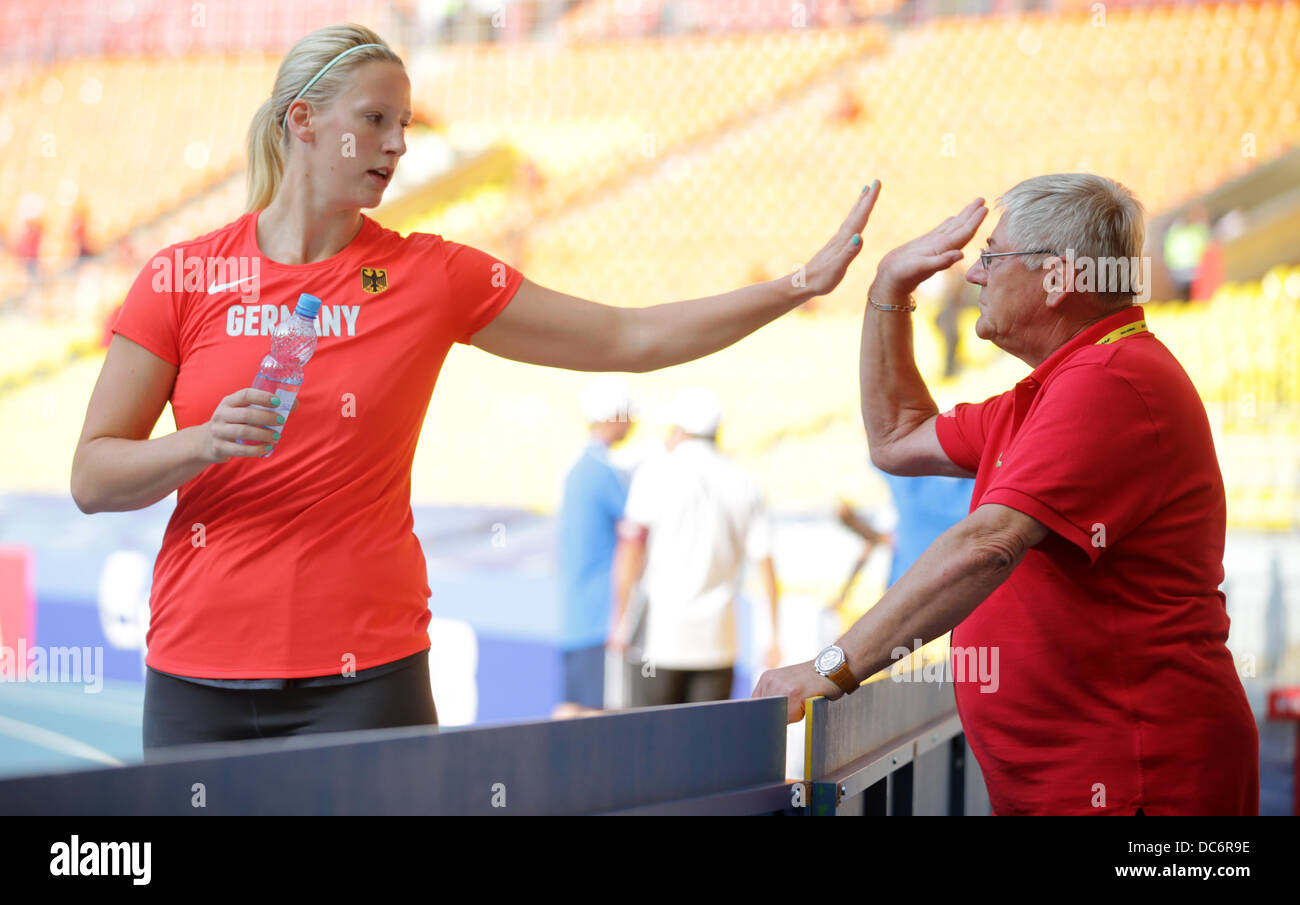 Moscow, Russia. 10th Aug, 2013. Julia Fischer of Germany gives Coach Werner Goldmann a high five during the Women's - Stock Image