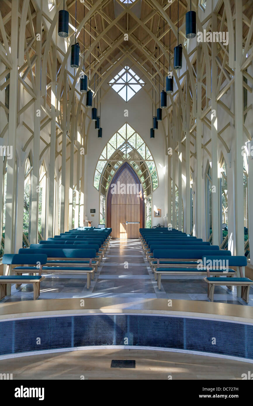 Arched door trusses pews benches UF University of Florida Baughman Center Chapel Pavilion Lake Alice designed by - Stock Image