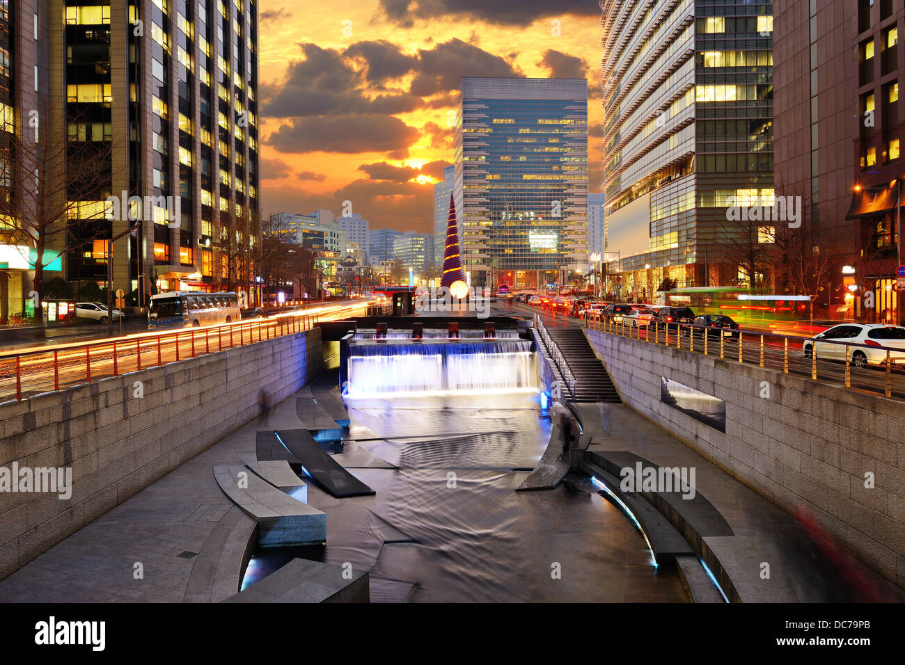 Cityscape of Seoul, South Korea at Cheonggyecheon Stream. - Stock Image