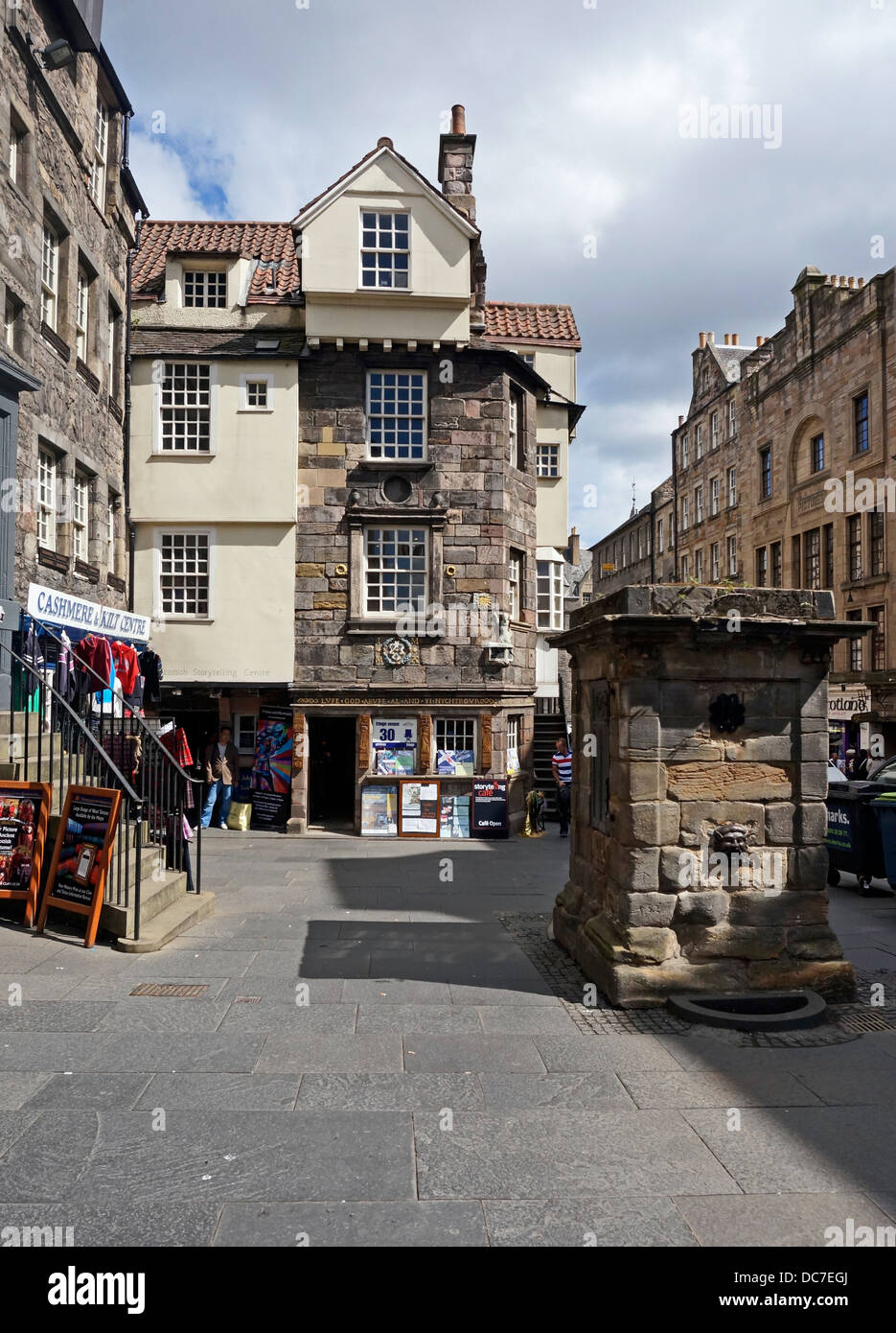 John Knox House & the Scottish Storytelling Centre In High Street The Royal Mile Edinburgh Scotland & the Netherbow Stock Photo