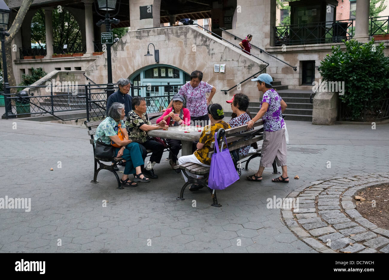 Senior Cantonese women playing cards in Columbus Park, Chinatown, New York City - Stock Image