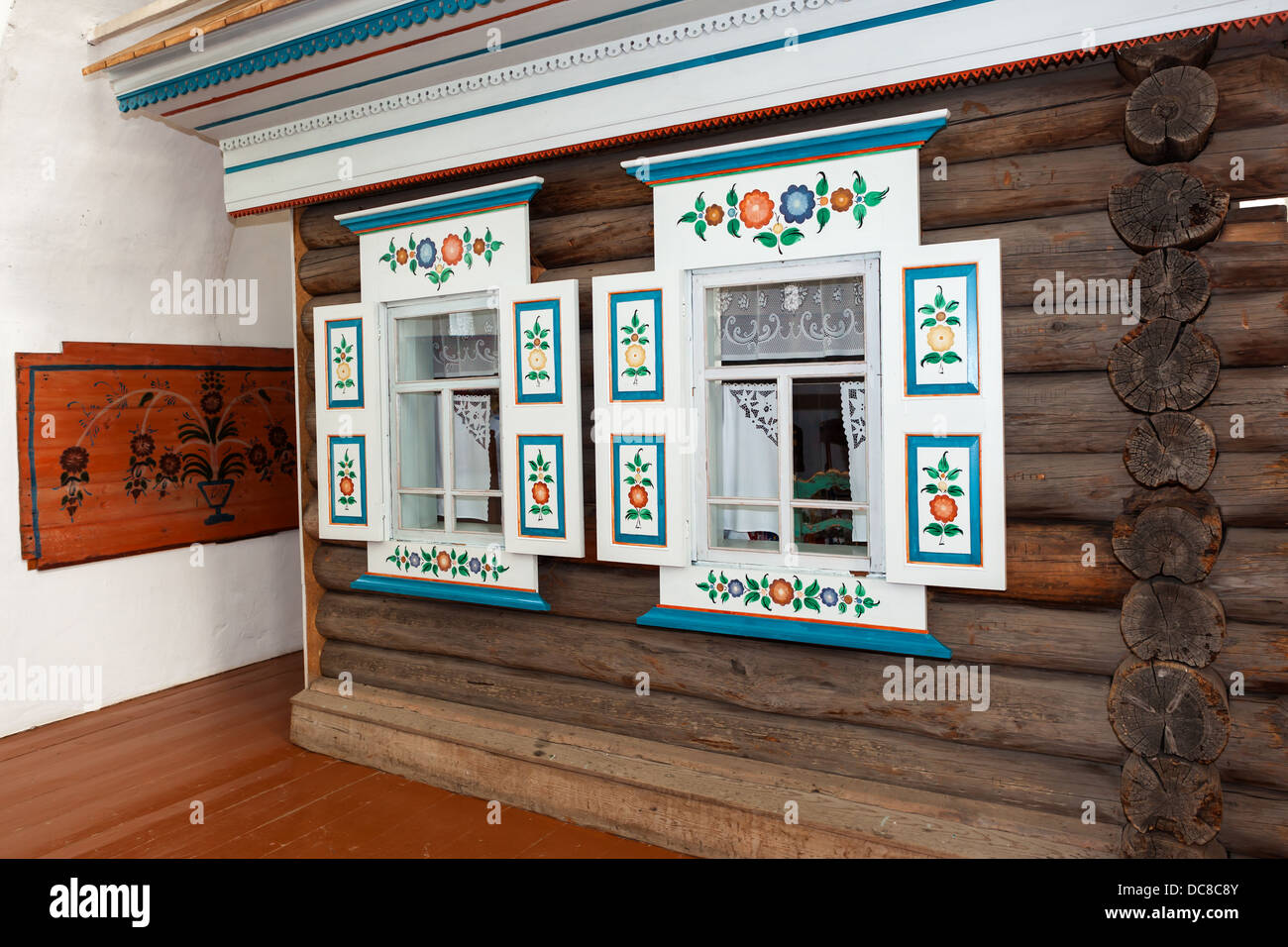 N. Sinyachikha Museum-Reserve of Wooden Architecture and Folk Art. The facade of the white sitting room. Brothers - Stock Image