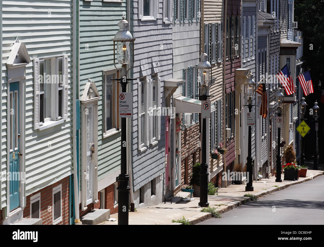 Gas lamps and row houses leading up to Bunker Hill Monument on the Freedom Trail, Boston, Massachusetts - Stock Image