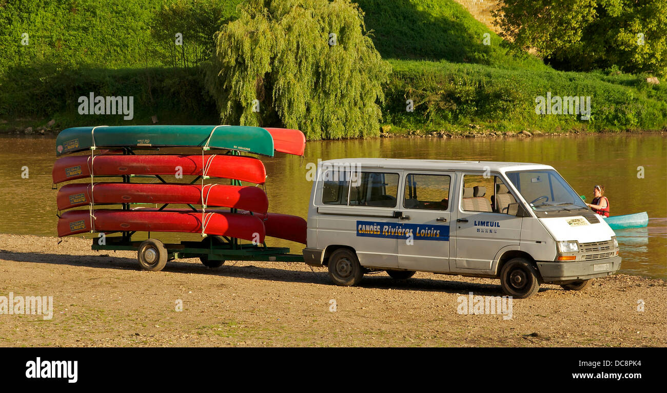 canoe livery or canoe rental, in Limeuil, Dordogne, France. Boats with tourists down the river, and return to the - Stock Image