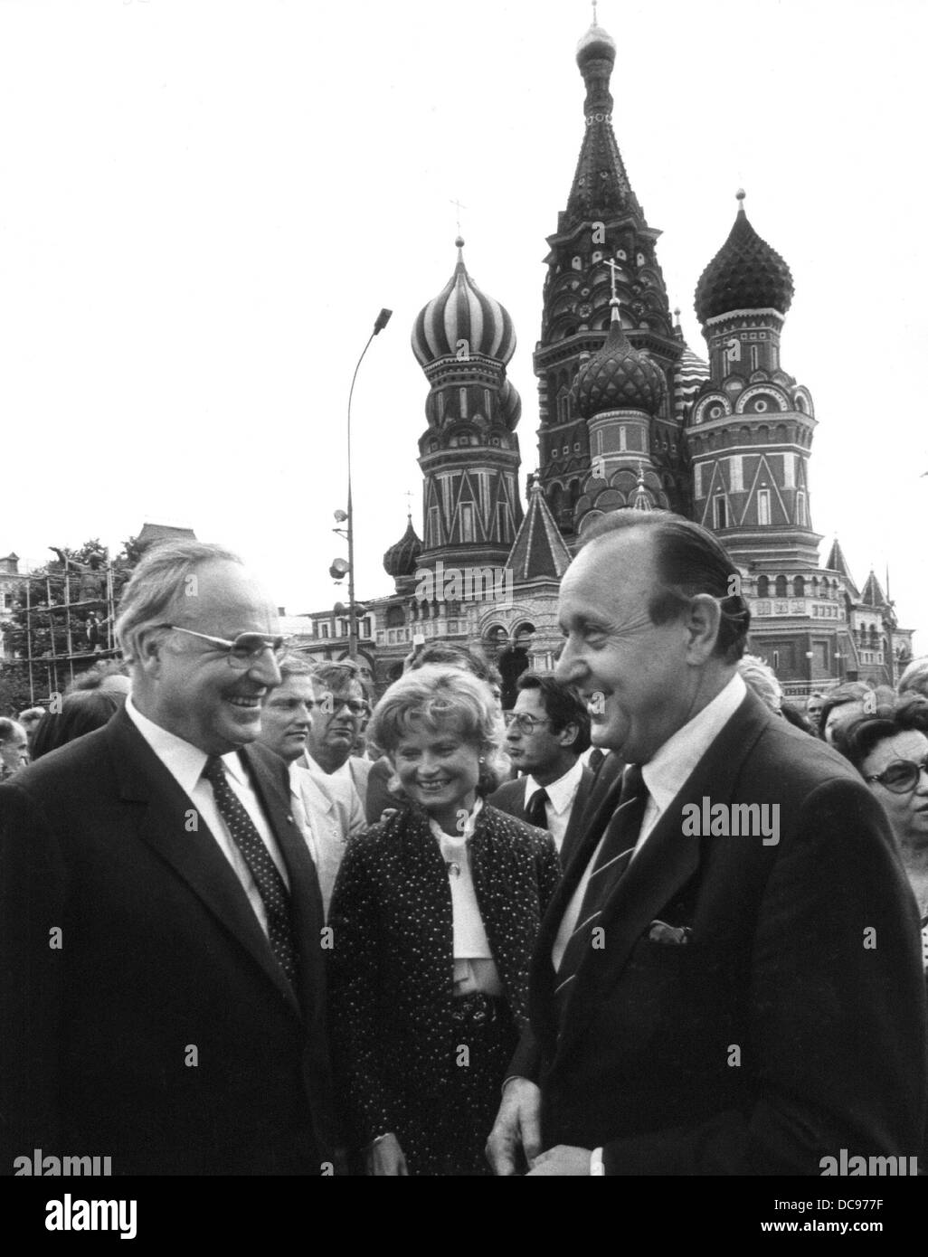 German chancellor Helmut Kohl (l), his wife Marianne Kohl (M) and foreign minister Hans-Dietrich Genscher (r) stand - Stock Image