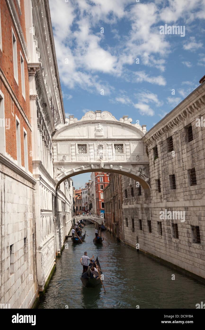 The front view of the Venice's famous Bridge of Sighs (Italy). La vue de face du célèbre Pont des Soupirs, à Venise Stock Photo